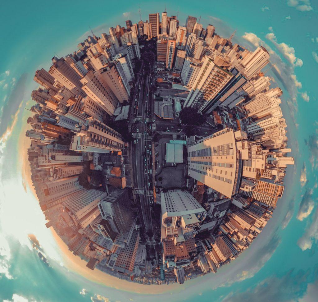 W gruncie rzeczy świat jest wielki. Tylko czasem wydaje się mały