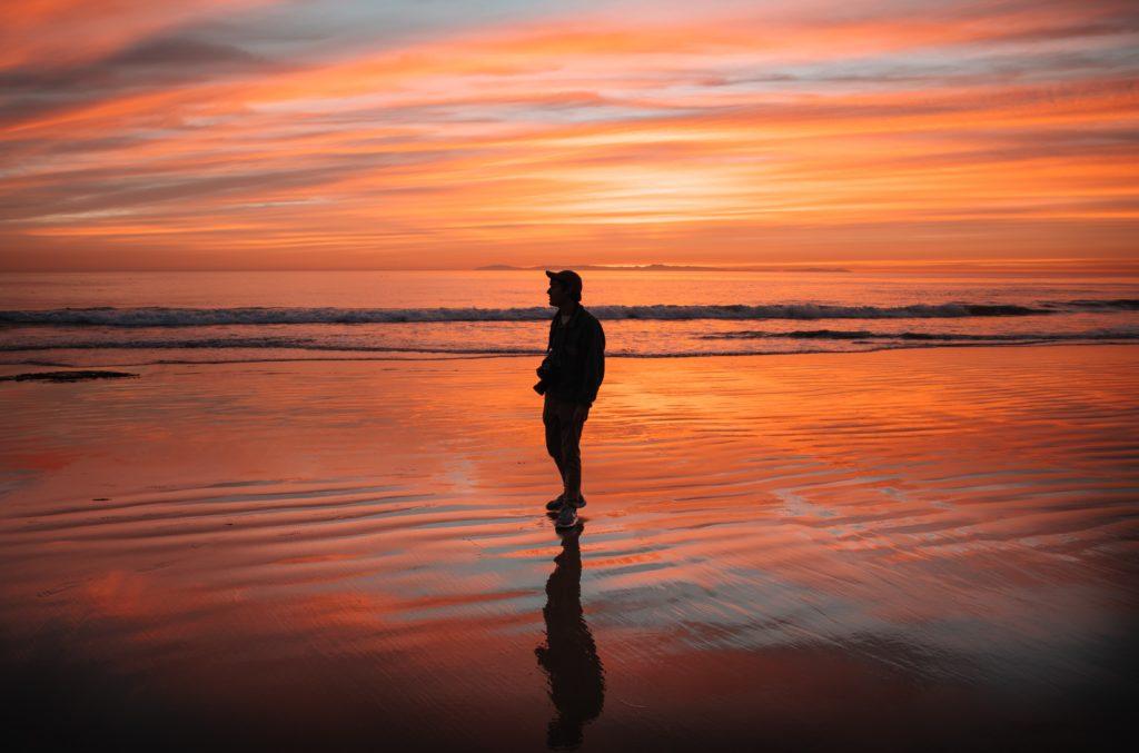 samotny człowiek o zachodzie słońca
