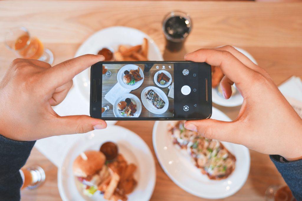 Są tacy, którzy nie zjedzą bez wystawienia zdjęcia jedzenia na Insta