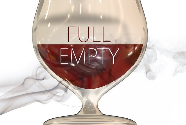 Pesymizm czyli szklanka  jest  w połowie pusta.