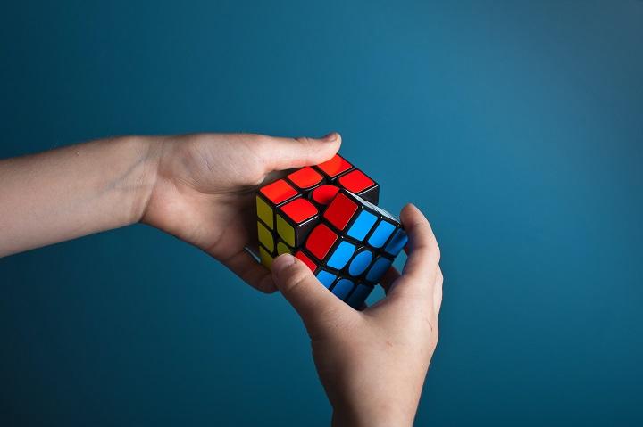 Układanie kostki Rubika czyli co z tymi dostawami szczepionek?